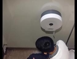 Sục cu trong toilet Pearl Plaza